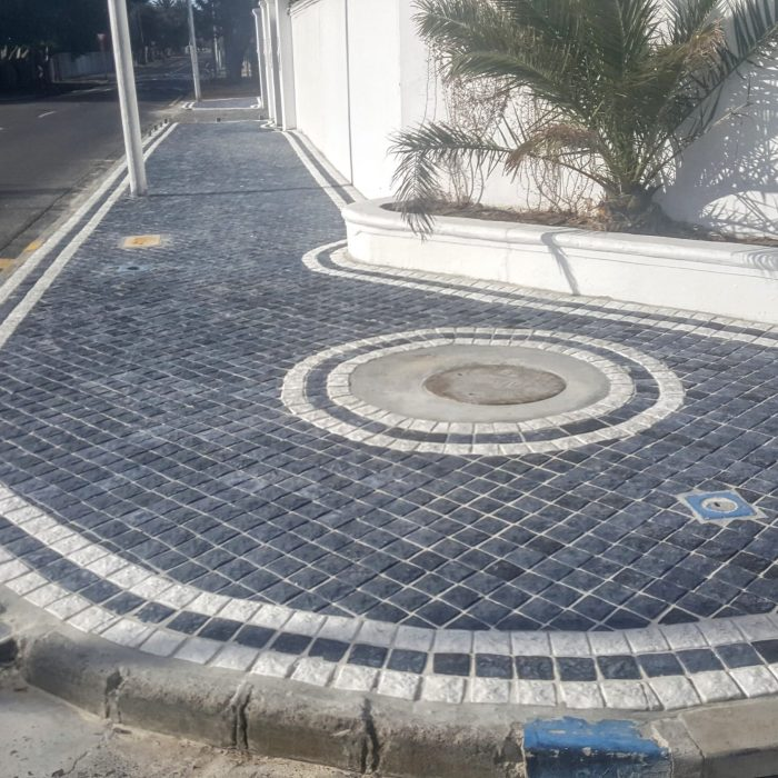 CHARCOAL COBBLES WITH WHITE COBBLE DESIGN PATTERN