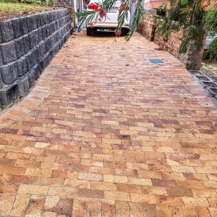 RETAINER BLOCK WALL CHARCOAL WITH WHEATSTONE PAVERS WITH
