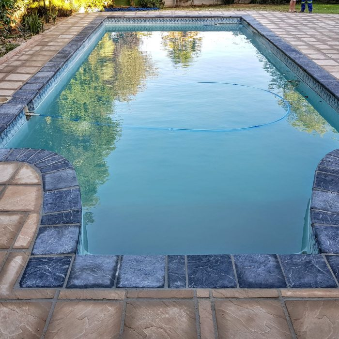 SLABS SANDSTONE WITH CHARCOAL COPING _ SANDSTONE COBBLE BORDER