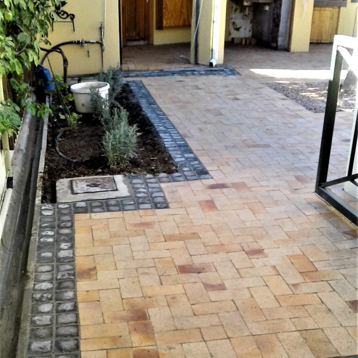 WHEATSTONE PAVERS WITH DOUBLE CHARCOAL CEMENT COBBLE BORDER